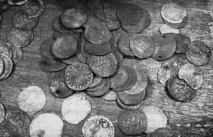 Ливень из денег Россия, 1940 Монеты XVI века обрушились на российскую деревеньку внезапно. Как оказалось позже, ураган разбросал древний клад, закопанный в этой местности.