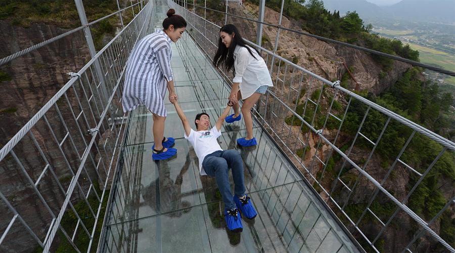 Стеклянный подвесной мост Самый длинный стеклянный мост в мире находится в китайском национальном парке Тяньменьшень. Мост висит над каньоном высотой в четыреста метров.