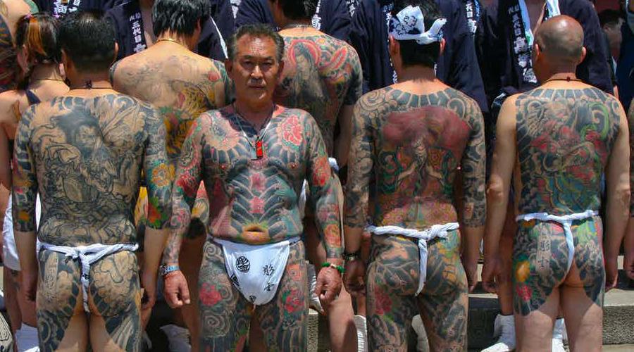 Якудза Якудза, пожалуй, самая популярная банда в мире. Сегодня группировка насчитывает примерно 102 000 бойцов по всему миру и хотя сами боссы давно уже сменили яркие татуировки на престижные костюмы, суть деятельности банды осталась прежней. Известно, что вступающий в якудза должен разорвать все связи со своей семьей — с этого момента он будет полностью подчинен старшим клана.