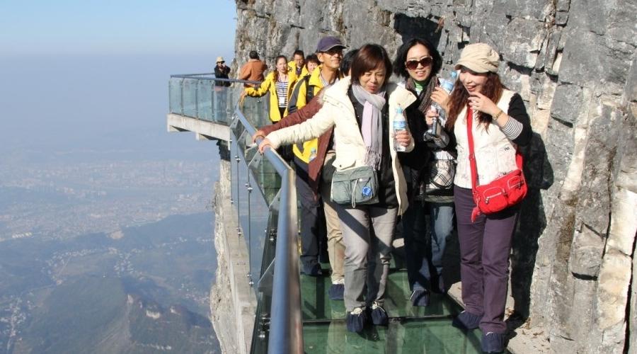 Стеклянная тропа страха Туристы проходят весь путь над бездной, в испуге тесно прижавшись к скале. Случись вдруг что со стеклянным полом, и деваться беднягам будет просто некуда.