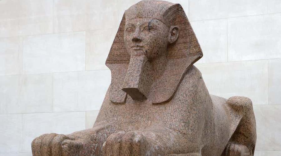 Имплантированная борода Сфинкс когда-то имел бороду, это факт. Да что там, осколок ее и сейчас хранится в Британском музее. Однако, некоторые эксперты считают, что борода не была оригинальной частью памятника, но была добавлена позже. Скорее всего, ее приказал добавить к статуе Тутмос IV во время реконструкции.