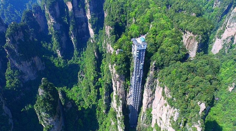 Лифт ста драконов Самый высокий и самый быстрый внешний лифт в мире поднимает посетителей на высоту в целых триста метров. Из кабины открывается удивительный вид на просторы национального парка — того самого, где снимал своего «Аватара» Джеймс Кэмерон.