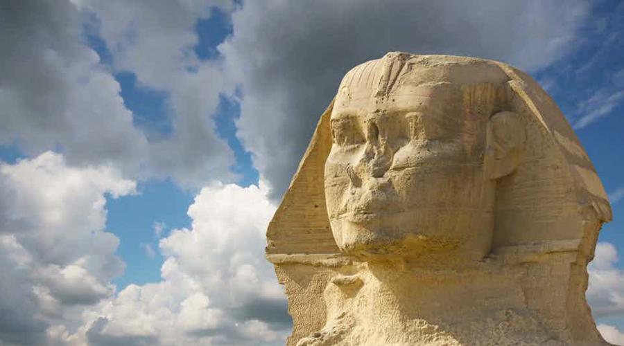 Явление из бездны Странно, но археологи до сих пор не могут точно сказать, кто именно приказал возвести Сфинкса. Считается, что памятник был построен во время правления Хафра, то есть четвертой династии Старого Королевства еще в 2500 году до нашей эры, однако некоторые признаки позволяют предположить, что монумент старше и этого возраста.