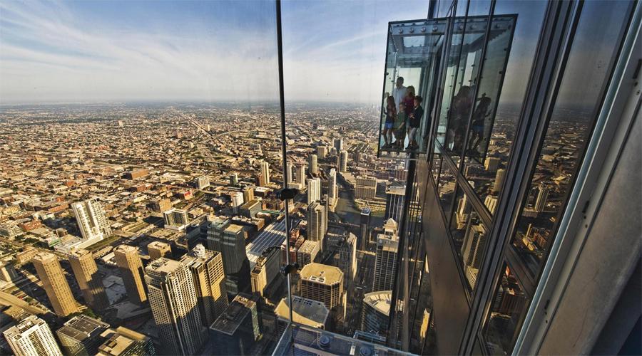 Скайдек Смотровая площадка «Скайдек» расположена на 103 этаже второго по высоте небоскреба США. На каждый из четырех стеклянных балконов может подняться пять человек. Вид открывается абсолютно потрясающий, но многие так и не решаются выйти на прозрачный пол.