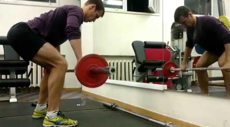 Тяга штанги к поясу Еще одно базовое упражнение для развития мускулатуры спины. Таким образом вы визуально делаете спину широкой, главное почувствовать, что в работу включаются правильные мышцы.