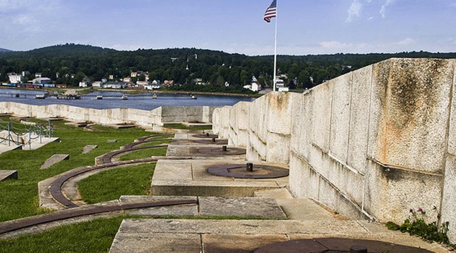 Форт Нокс Ограбить знаменитый Форт Нокс не смогла бы и целая армия вооруженных грабителей. Здесь хранят не только золотой запас США, но и все главные исторические документы страны.