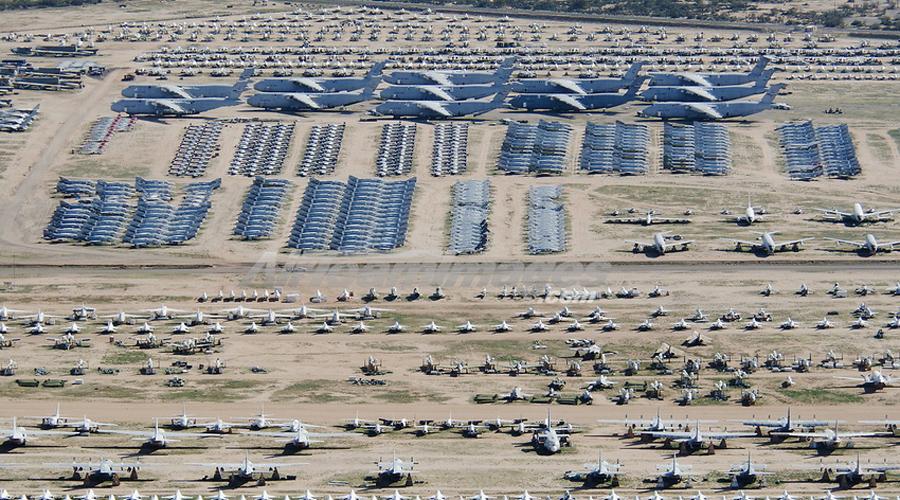 Авиабаза Девис-Монтен Пожалуй, это самая необычная свалка в мире. Неподалеку от авиабазы Девис-Монтент, на площади в 6 500 гектаров стоит примерно 4000 самолетов. Да что самолеты — тут можно встретить даже несколько космических аппаратов!