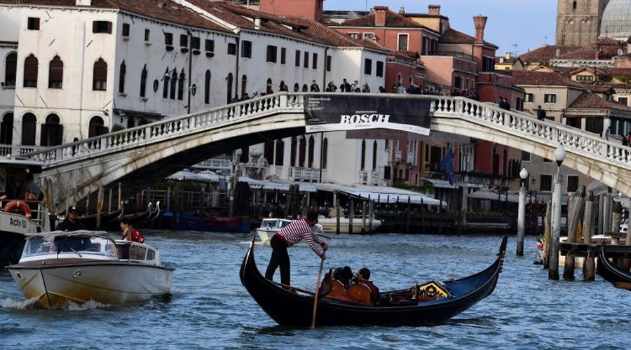 Венеция Примерно та же участь ожидает знаменитый город на воде, Венецию. Еще 100 лет назад площадь Сан-Марко затапливало всего 5-10 раз в год, сейчас же она пропадает под водой целых 100 раз в год. Ожидается, что к 2100 году Средиземное море поднимется на 140 сантиметров и Венецию затопит окончательно.