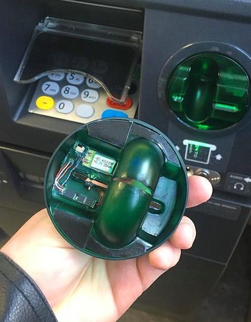Сломанный банкомат Чаще всего эта элементарная уловка используется в небольших приморских поселках. Таиланд, Турция, Греция, Болгария особенно опасны: здесь мошенники рассчитывают на то, что жертва будет несколько навеселе и потому невнимательна. Трюк же заключается в заклейке на банкомате отверстия для выдачи денег скотчем — турист вводит пин-код, но деньги не появляются. Преступникам остается только дождаться, пока бедняга уйдет и забрать деньги самим.