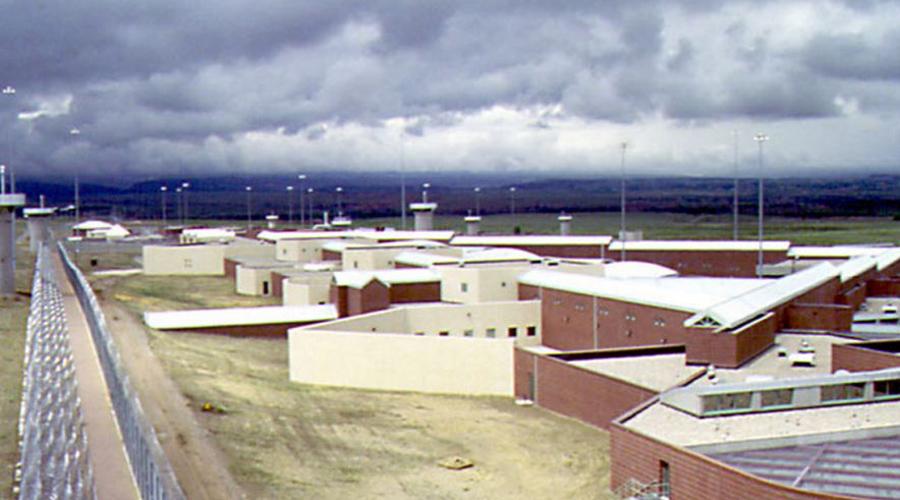 Тюрьма ADX Florence Неофициально эту тюрьму именуют «Горный Алькатрас». Сами же заключенные считают ADX Florence «более чистой версией Ада»: камеры полностью отлиты из бетона, включая койку и раковину. 1400 стальных дверей с контролем по сети, лазерные ловушки и бойцовский собаки прямо на территории. Кроме того, заключенным запрещено видеть друг друга, а охранники имеют право стрелять на поражение даже при малейшем подозрении на побег.
