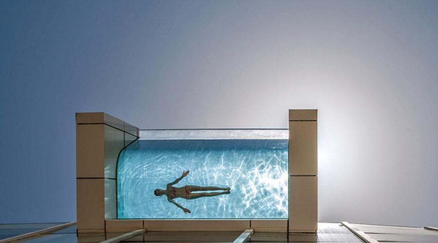 Бассейн отеля InterContinental Этот бассейн находится на крыше дубайского отеля InterContinental. Один его участок выступает за фасад и будто парит в воздухе. Если нырнуть под воду и открыть глаза, можно увидеть весь город так, будто он и сам находится под водой.