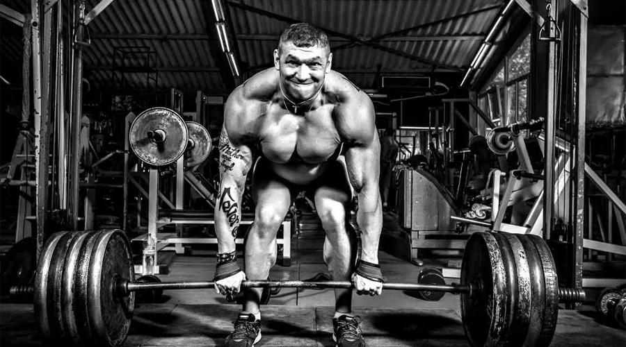 Становая тяга Пожалуй, одно из лучших упражнений с отягощением. Выполнять становую тягу нужно предельно аккуратно — травма спины будет очень неприятна. Не пренебрегайте защитным поясом и лучше делайте становую под надзором тренера.