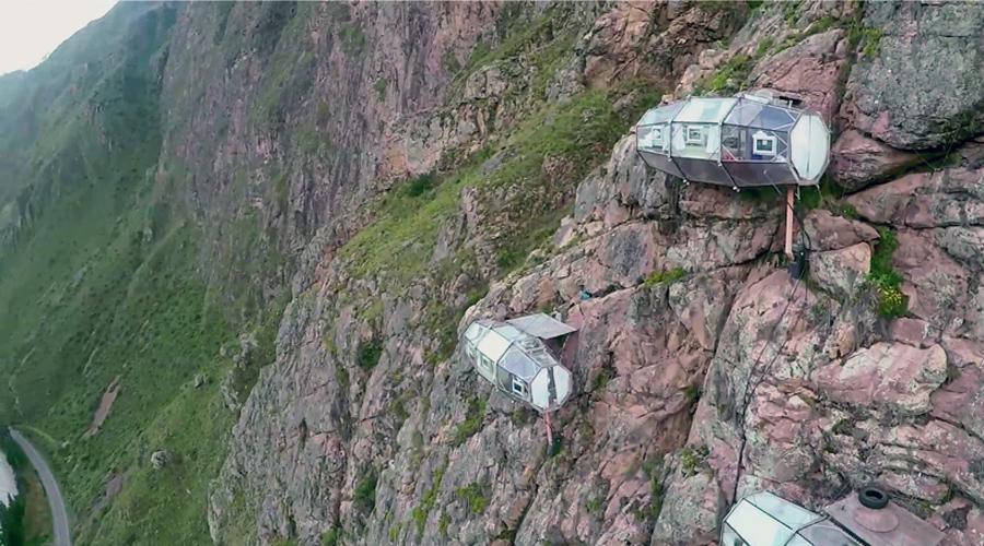 Отель Skylodge Одна из отвесных скал перуанских Анд стала отелем: тут подвешено целых три прозрачные капсулы специально для любителей экстремальных ощущений. Из окон открывается чудесный вид на священную долину инков.