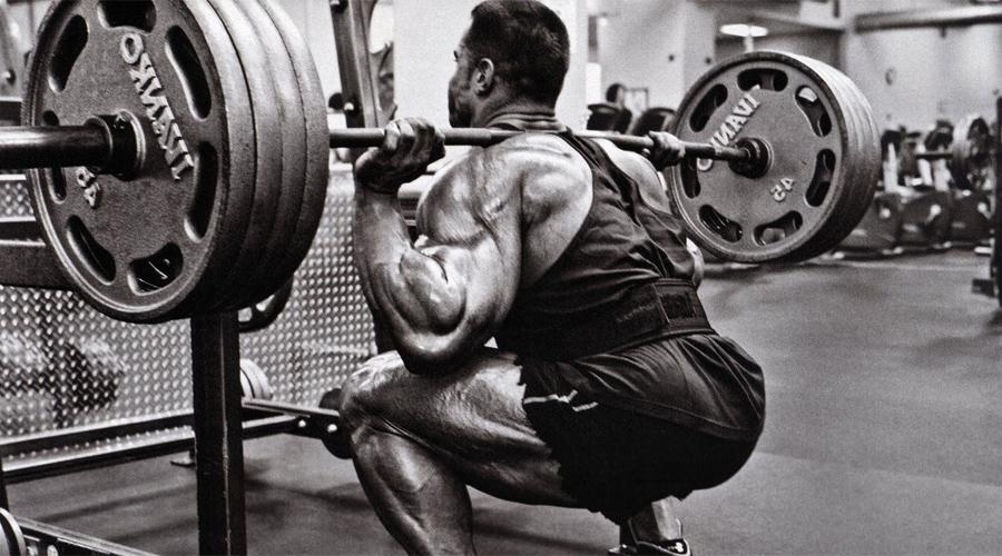 Приседания со штангой Ни в коем случае не пропускайте приседания. Игнорировать день ног вообще глупо, без тренировки нижней части тела полноценно развить верхнюю просто не получится.