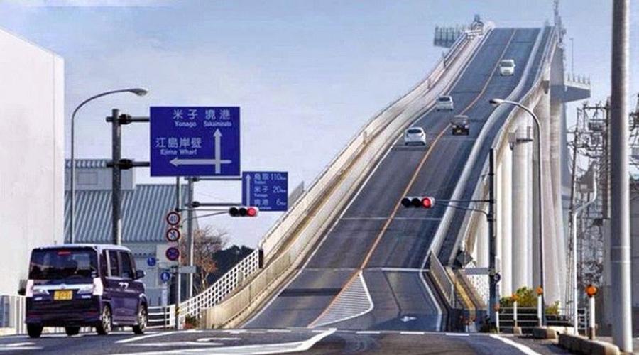Мост Эшима Ахаси Этот мост является третьим в мире по величине среди мостов с жесткой конструкцией. Мост имеет угол наклона 1,6% с одной стороны и 5,1% с другой.