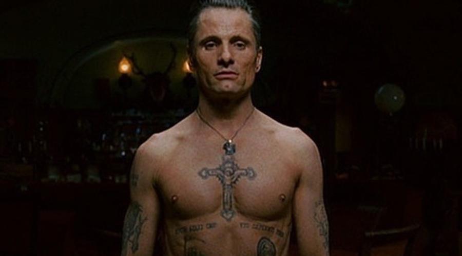 Крест на груди В российских тюрьмах крест на груди до сих пор считается символом вора в законе. Само собой, обладателей таких татуировок заставляют «пояснять» за масть и затем удаляют рисунок насильно.