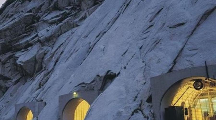 Хранилище мормонов Мормонская церковь возвела собственное хранилище под соленым озером штата Юта. Попасть сюда могут лишь высшие церковные чины. Считается, что секретный архив содержит какие-то библейские документы, публикация которых может подорвать принципиальное существование христианства.