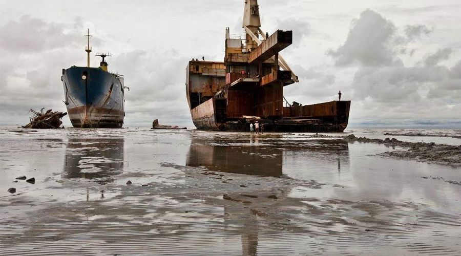 Кладбище кораблей В окрестностях Читтагонга, второго по величине города Бангладеша, расположено невероятное кладбище гигантских кораблей. Дело в том, что утилизация судов стоит очень больших денег, так что владельцам гораздо проще под покровом ночи привести их сюда и бросить. Местные жители только рады — металл служит им надежным источником приработка.