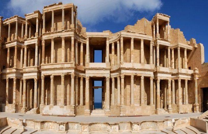 Лептис Магна Давным-давно Лептис Магна возвели в Ливии римляне. Здесь был один из крупнейших торговых центров империи. Но падение Рима стало концом и этого города: его разграбили, а руины предали забвению. За долгие века песчаные бури практически полностью погребли останки Лептис Магна и обнаружили его только в XIX веке.