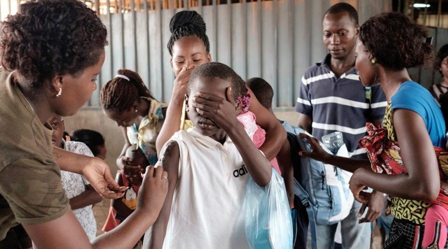 Африка Желтая лихорадка А вот желтая лихорадка передается от больного человека к здоровому и поэтому вспышка этой экзотической и страшной болезни возможна и в наших широтах. Летальность желтой лихорадки достигает 65%: в этом году российским медикам уже пришлось брать на карантин 15 человек, вернувшихся из поездки по Африке.