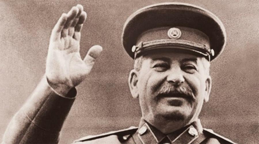 Протекция Сталина Конечно, поначалу стажеру доверяли читать небольшие заметки и только в ночном в эфире. Но однажды Левитану пришлось зачитывать по радио пятичасовой доклад о XVII съезде партии. Совершенно случайно передачу услышал Сталин и был так впечатлен звучным голосом стажера, что приказал назначить его главным диктором. Левитану на тот момент было всего 19 лет.