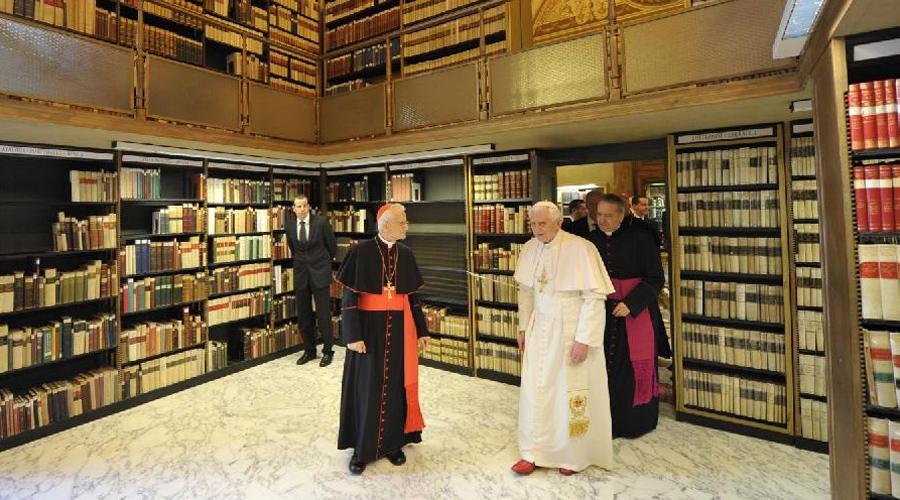 Библиотека Ватикана Библиотека Ватикана появилась в XV. Здесь хранятся самые ценные в мире документы. В принципе, попасть в некоторые части библиотеки возможно: ученые с мировым именем могут составить специальное прошение, которое удовлетворяет (или отказывает ему) сам Папа Римский. Некоторые же рукописи имеет право видеть только он.