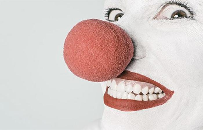 Деннис Хокинс В 2010 году житель Питтсбурга Деннис Хокинс пытался ограбить банк нарядившись клоуном. Уже с кассетой денег он выбежал на улицу и решил затеряться в толпе. Краска в кассете взорвалась, пометив его еще больше.