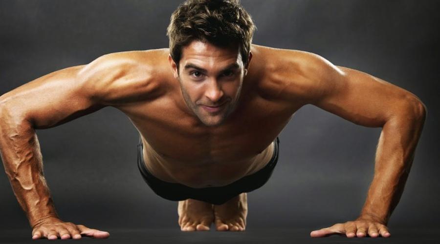 Отжимания Правильное выполнение этого упражнения включит в работу мышцы всего тела, а не только рук и груди. Три подхода с максимальным количеством отжиманий, потом небольшой перерыв и можно приступать к основной части программы.
