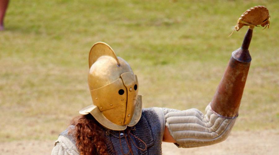 Скиссор Оружие появилось на гладиаторских аренах Древнего Рима. Скиссор представлял собой стальной рукав, на конце которого крепилось серповидное лезвие. Таким образом, воин мог одновременно защищаться и нападать на противника.
