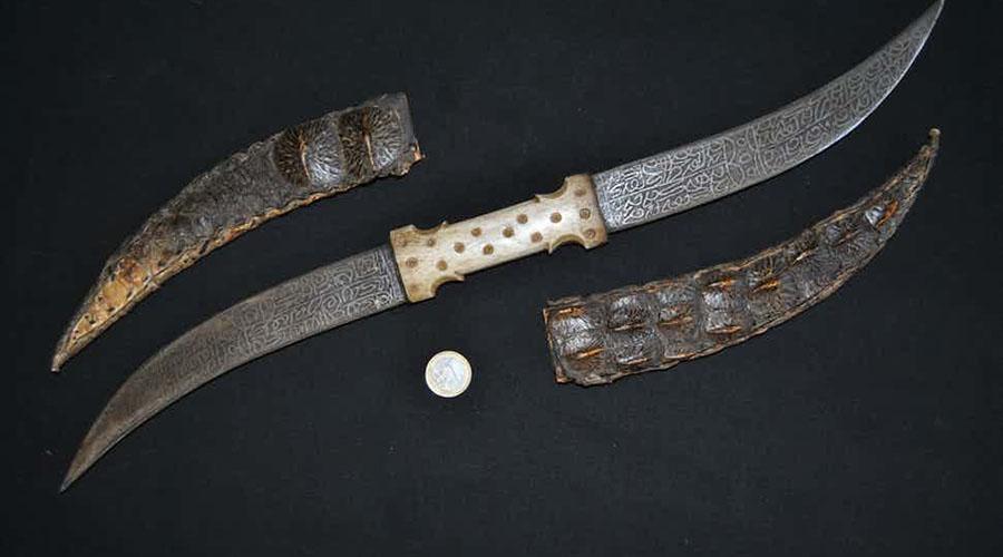 Халади Кинжал с двумя лезвиями долгое время оставался отличительным оружием индийской касты воинов-раджпути. Использовать его было очень непросто, но длительная практика делала воина с халади смертоносным противником.