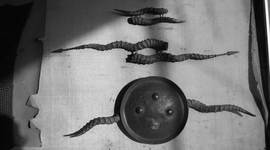Маду В свое время индийским мусульманам было строго запрещено иметь вообще какое-либо оружие. И те придумали крайне необычный способ самозащиты: два рога индийской антилопы связывались вместе, а посреди крепился небольшой щит, умбон. Даже сегодня существует школа бойцов-маду, правда, они используют уже стальные «рожки».