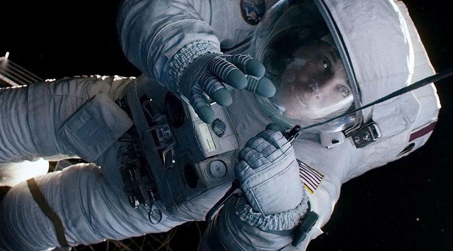 Гравитация Пожалуй, в «Гравитации» показаны наиболее реалистичные космические скафандры. В какой-то момент персонаж Райан Стоун даже носит самый настоящий космический костюм.