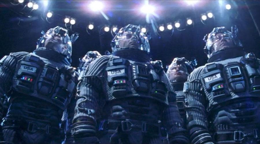 Армагеддон За несколько недель до начала съемок Майкл Бэй отправился в отдел реквизита и вернулся оттуда в ярости. Режиссер назвал подготовленные космические скафандры полной ерундой и настоял на использовании реальных костюмов, которые носили настоящие космонавты. А вот в сценах на астероидах все герои уже были обряжены в абсолютно дурацкие скафандры, точно не способные выдержать все тяготы космоса.