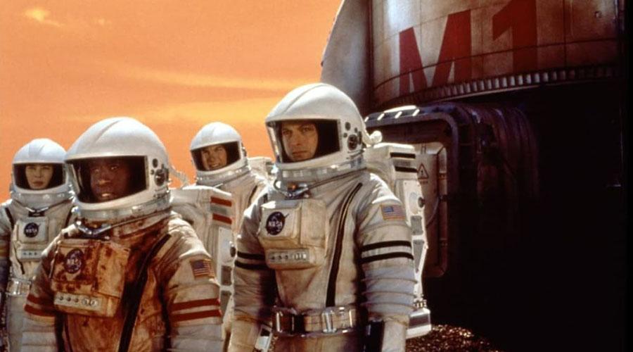 Миссия на Марс Фильм «Миссия на Марс» 2000-го года провалился в прокате совершенно справедливо. Мутный сценарий, раздражающие персонажи… Но вот скафандры были сделаны с умом: они созданы с оглядкой на реальные космические костюмы и смотрятся вполне симпатично.
