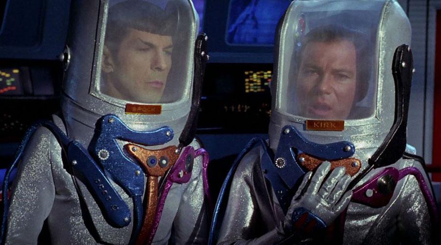 Стартрек Конечно, современные части легендарной саги уже используют более футуристичные космические скафандры. Но самые потрясающие костюмы разработали художники The Original Series: причудливые и максимально нереалистичные скафандры, которые можно носить разве что на съемочной площадке, но никак не в космосе.