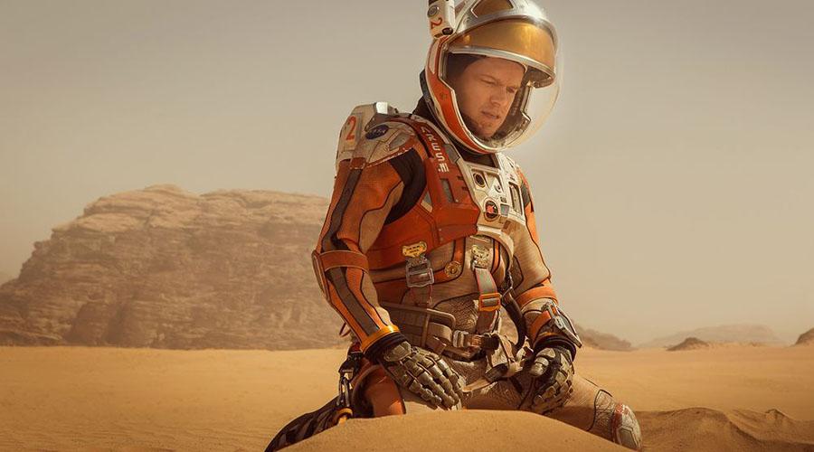 Марсианин Костюм EVA, используемый в «Марсианине», конечно отличается от того, что был на астронавтах при посадке на Луну. Тем не менее он был разработан с максимальной реалистичностью — режиссер даже консультировался со специалистами НАСА. Шлем обеспечивает хороший обзор, ткань же предохраняет астронавта от суровых марсианских условий. Ну, в теории все именно так!