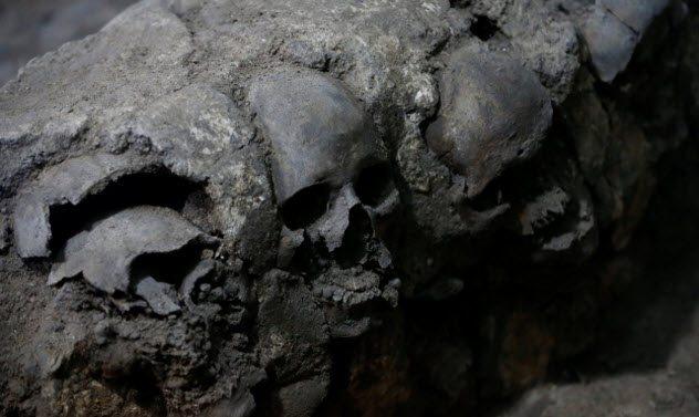 Стена Цомпантли Ряд мезоамериканских цивилизаций практиковал кровавые жертвоприношения. Это удалось доказать благодаря находке стены черепов, Цомпантли. Ацтеки и прочие народности местности устанавливали такую после каждой битвы. количество черепов на одной стене доходило до нескольких тысяч!