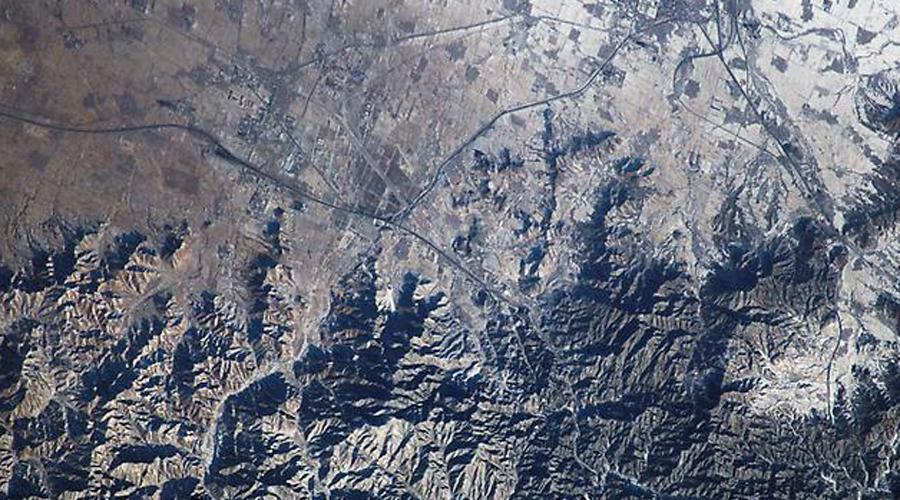 Привет из космоса И нет, Великую Китайскую стену из космоса вообще не видно. Еще в 1893 году эту легенду растиражировал американский журнал The Century, а ведь в то время люди только мечтали о полетах в космос. И действительно, снимки, сделанные астронавтами НАСА с орбиты, не оставляют сомнений: попробуйте тут сами найти стену. А уже в 2001 году сам Нил Армстронг заявил прессе, что не видел никакой стены.