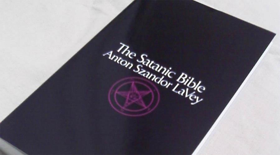 Сатанинская библия В 1969 году Антон Шандор ЛаВей выпустил философский трактат под одиозным названием: Сатанинская библия. Это было перебором даже для максимально либеральной Америки — ЛаВею даже пришлось отстаивать право на печать в суде. Надо сказать, книга получилась небезынтересная. Автор полностью отрицает загробную жизнь и, по сути, максимально приближает свое учение к материализму, рационализму и гедонизму.