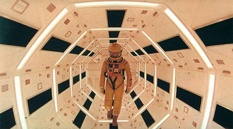 Космическая одиссея 2001 Трудно найти дизайн космического костюма более знаковый, чем тот, который использовал Стэнли Кубрик в своей «Космической одиссее». Собственно, скафандры настолько реалистичны, что эта деталь заставила людей поверить: Кубрик режиссировал посадку американцев на Луну.