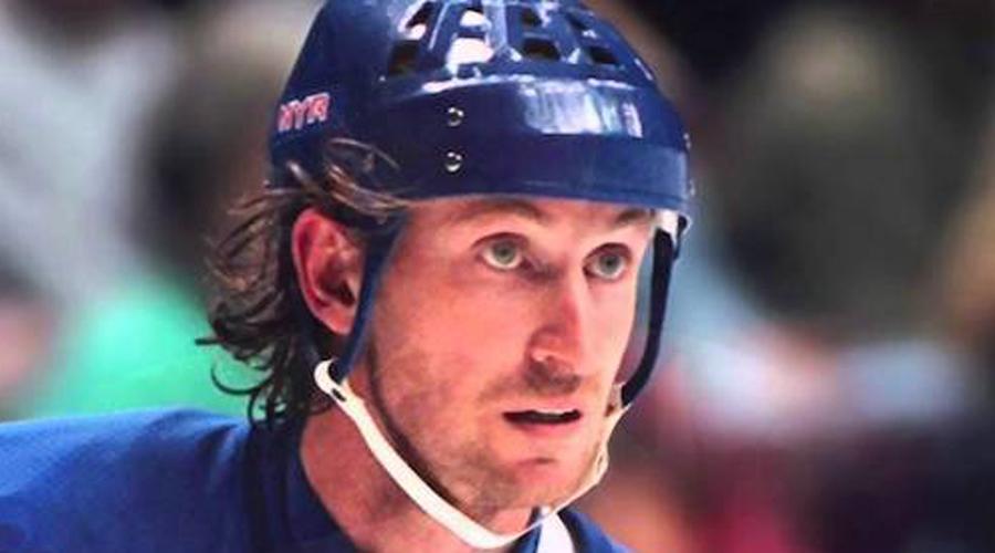Хоккей Уэйн Гретцки стал одним из самых известных спортсменов XX века. В Национальной хоккейной лиге этот парень установил 61 рекорд и набрал за сезон 1985-86 годов 215 очков.