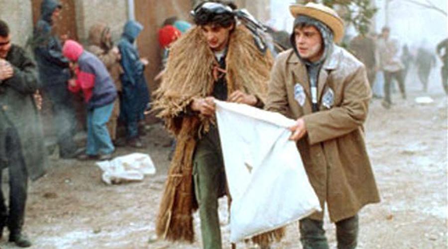 Карнавал Эннидо Испания Карнавал Эннидо проходит в Лазе, Испания, и длится три дня. Все это время по улицам ходят толпы мужчин в пугающих деревянных масках — они представляют галисийских солдат, под контролем которых находился поселок в 16-ом веке. Своими хлыстами они избивают всех, кто попадется по дороге.