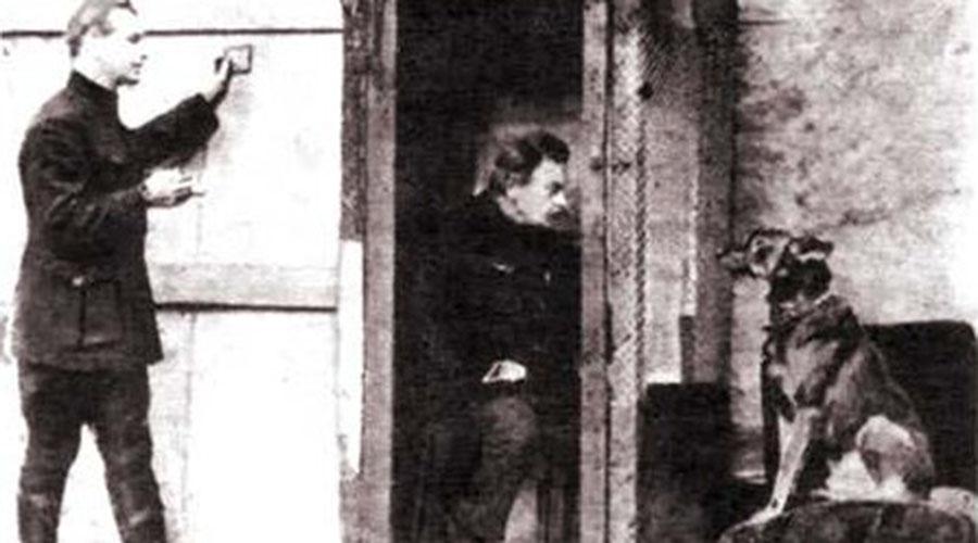 Контроль разума Еще в 1923 году советский инженер Бернард Кажинский показал проект так называемого «мозгового радио». Конструкция предназначалась для усиления электрических импульсов мозга и базировалась на идее, что человек — это по сути живая электростанция. В 1924 году Кажинский сумел провести успешные испытания своего проекта, они были тут же засекречены. Инженер действительно добился успеха: оператор «радиорубки» передавал сигнал животным (эксперимент проводился на собаках) и они исполняли его приказ. Вот только после этого животные буквально сходили с ума от перенапряжения.