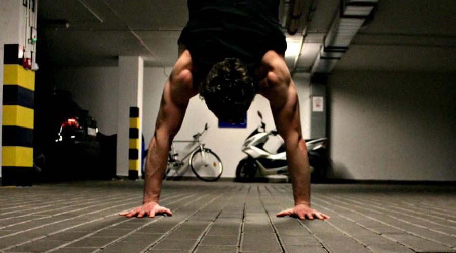 Стойка на руках Стойка редко получается с первого раза. Вестибулярный аппарат не привык к таким нагрузкам и падения неизбежны. Работайте с опорой на стену, без этого поначалу никак. Эффект тренировки переоценить сложно: в работу включаются все стабилизаторы тела, а мышцы плечевого пояса развиваются очень быстро.