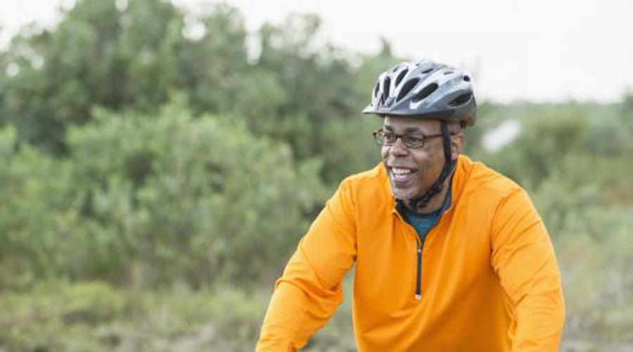 50-60 лет Боли в суставах неизбежны с возрастом. Но это не значит, что спорт нужно бросать. Просто подойдите к делу с умом, замените тот же бег плаванием, например. Хорошо подойдут йога, аэробика и пилатес. Американская ассоциация кардиологов рекомендует заниматься аэробикой пять раз в неделю по 30 минут — это позволит избежать переутомления и боли в мышцах.