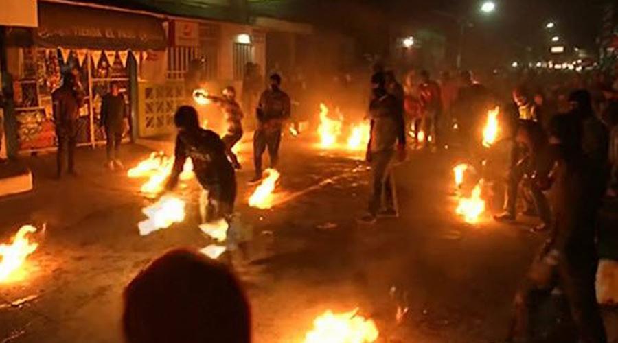 Болас де Фуэго Сальвадор В 1658 году извержение вулкана Эль Плейон разрушило город Никсапа в Сальвадоре. Выжившие перебрались на территорию современной Неяпы. 31 августа каждого года в память этой трагедии жители проводят фестиваль Болас де Фуэго. Всю ночь местные перекидываются хлопковыми мячиками, пропитанными керосином. Только представьте, сколько ожогов получают люди!