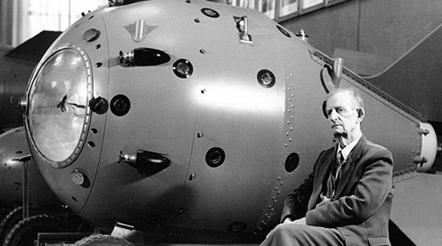 Атомная бомба Атомную бомбу США закончили разрабатывать в 1945 году и это должно было стать большим сюрпризом для СССР. Однако Трумэн понятия не имел, что еще в 1941 году один из физиков проекта, Клаус Фукс, продался Советам. Кроме того, данные о разработках Оппенгеймера постоянно передавал советской разведке другой «предатель», Бенито Понтекорво. Академик Курчатов называл полученные данные неоценимой поддержкой в деле разработки отечественной атомной бомбы. Фукс же появился на горизонте НТР еще раз: в 1944 году он продал СССР принципиальную схему водородной бомбы, что позволило Курчатову закончить свой проект в рекордные сроки. Вот здесь, кстати, можно подробнее прочесть о Розенбергах, также сыгравших немаловажную роль в промышленном шпионаже.