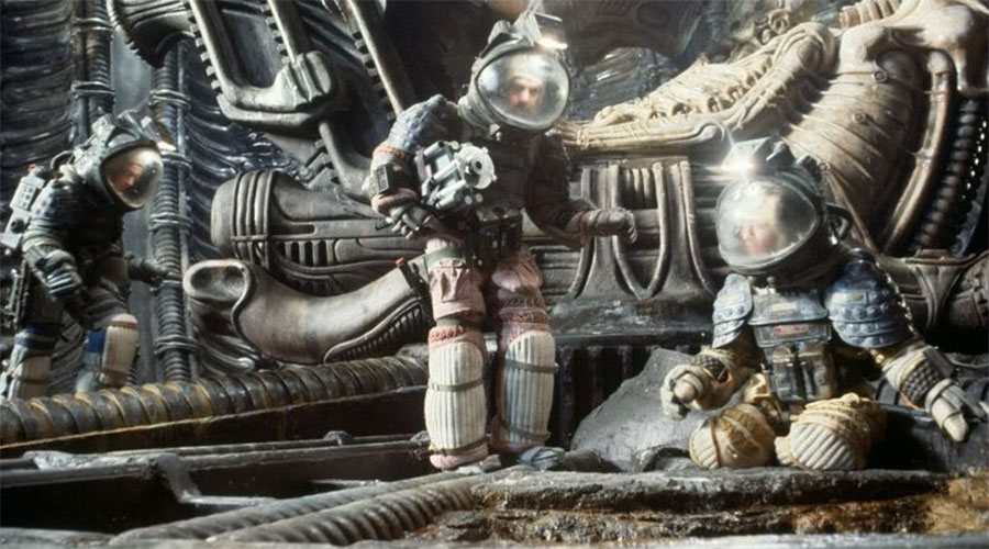 Чужой В разные годы франшиза использовала разные типы космических скафандров. Все они выглядят довольно реалистично, но ни один ни на йоту не близок к тем костюмам, что носят настоящие астронавты.