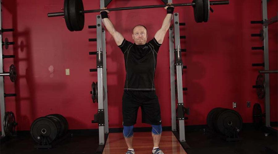 Жим штанги стоя Так называемый «Армейский жим» нужен для развития плечевого пояса, рук и дельтовидных мышц. Кроме того, при правильном подходе это упражнение прекрасно влияет на осанку и активно укрепляет мускулатуру пресса.