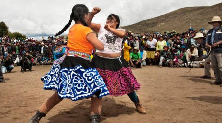 Takanakuy Перу Takanakuy примерно переводится как «когда кровь кипит». Это происходит в провинции Чумбивилкас Перу в Рождество. Во время церемониального разбирательства жители всех окрестных деревень могут вызвать на бой любого обидчика и решить все вопросы в честном бою. Считается, что таким образом поддерживается спокойствие деревень в течение прочих 12 месяцев.
